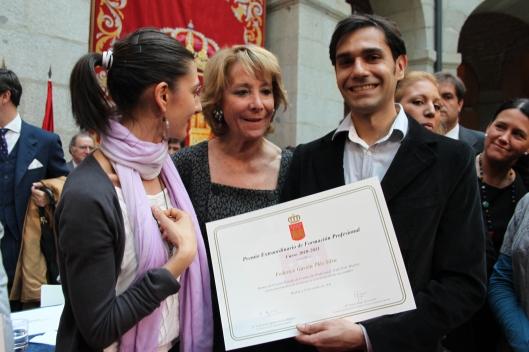 Mostrando el diploma